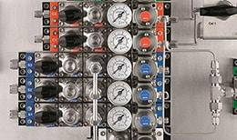 配备世伟洛克阀门和仪表的分析仪表面板