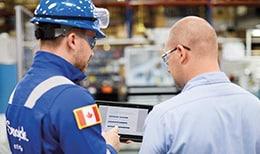 世伟洛克现场工程师与客户讨论取样系统评估结果。