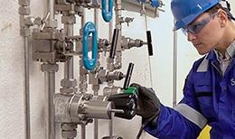 世伟洛克工程师检查一个气体分配面板
