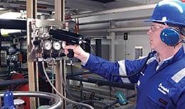 世伟洛克现场工程师在诊断工业流体系统