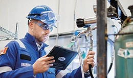 世伟洛克工程师检查一个气体分配系统