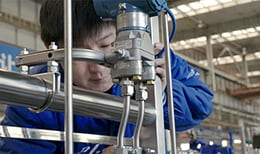 沈阳鼓风机集团股份有限公司的一名员工使用由世伟洛克元件构建的流体系统