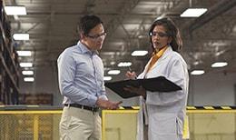 工場でプロセス測定について議論する作業員