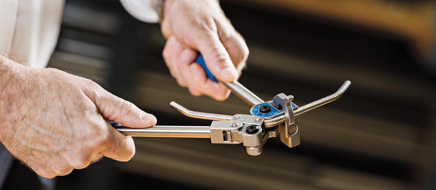 使用中的世伟洛克手持式卡套管弯管机
